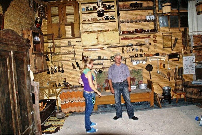 Rozmawiam ze Z. Bziukiewiczem w jego prywatnym Muzeum  Kurpiowskim w Wachu